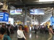 Crowd debarking a train at Mumbai CST